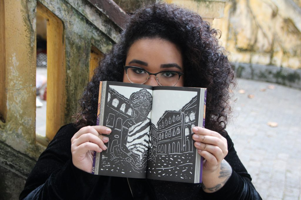 Jarid Arraes foto com livro heroínas negras brasileiras